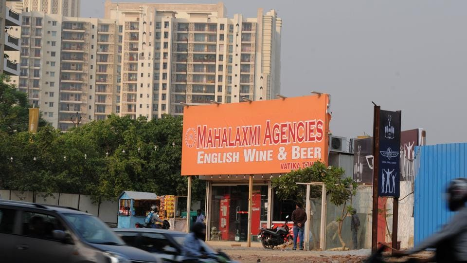 A liquor vend located on a greenbelt along Golf Course Road in Gurgaon.