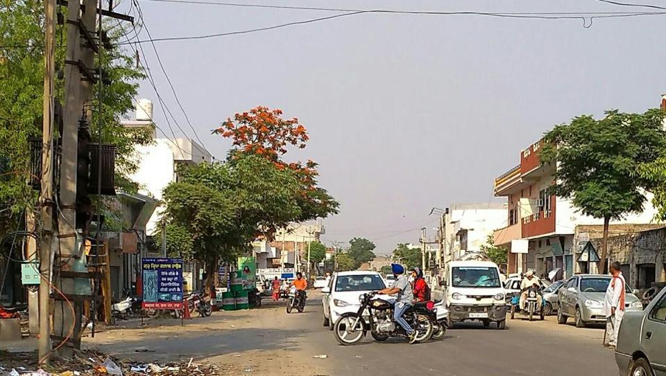 The 2km stretch of the circular road in Nabha also has no traffic signals. So, pedestrians have to find their own way.