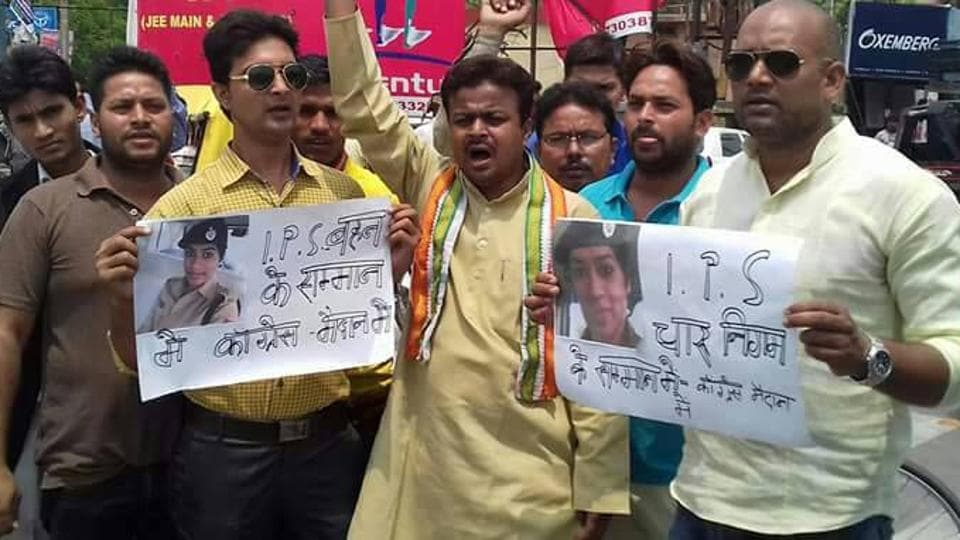 Congress workers stage a protest in support of IPS officer Charu Nigam in Gorakhpur on Tuesday. (HT Photo)