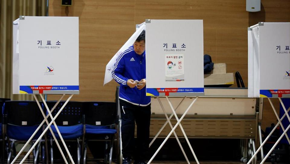 A man prepares to cast his vote at a polling station during the presidential elections in Seoul, South Korea May 9, 2017. REUTERS/Kim Kyung-hoon