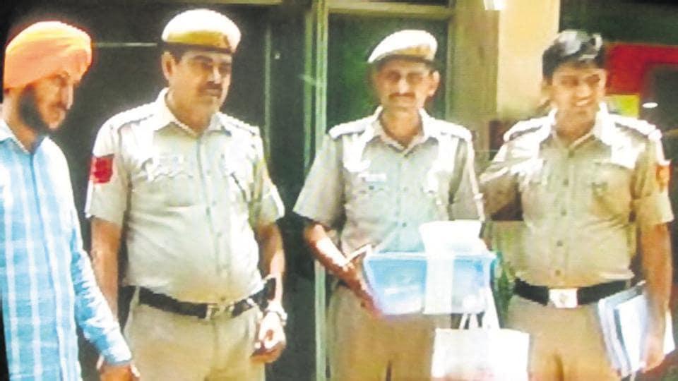 Taxi driver,Delhi theft,Ashok Nagar