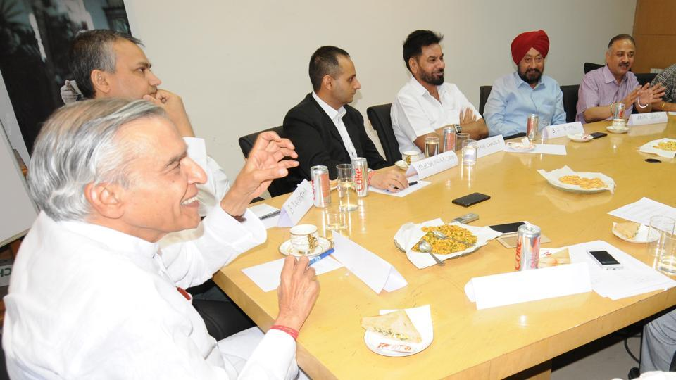 Former Union minister and MP Pawan Kumar Bansal, MC commissioner B Purushartha; first­time councillor Maheshinder Sidhu; former mayor Subhash Chawla; FOSWAC chairman Baljinder Singh Bittu and former mayor Arun Sood at the HT Roundtable on Cleanliness in SAS Nagar on Tuesday.