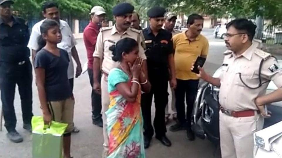 Deceased Jharkhand cop's wife Agne Soren talking to Bhagalpur SSP Manoj Kumar. (HT photo)