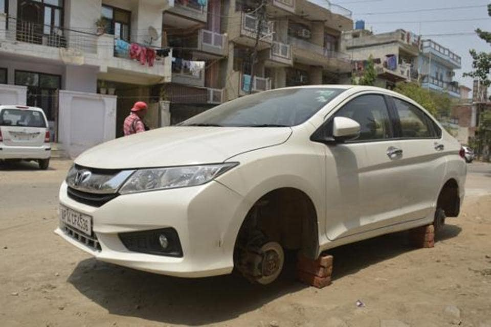 Thieves escape with car tyres in Ghaziabad, leave nd new Honda ...