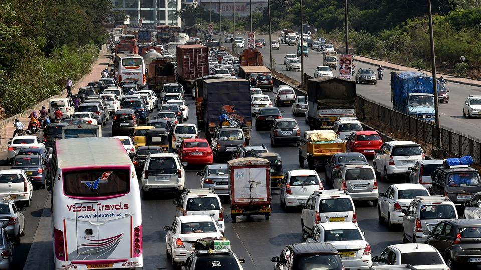 With thousands heading towards the venue, there were traffic snarls on the Sion-Panvel highway. (Bachchan Kumar / HT PHOTO)