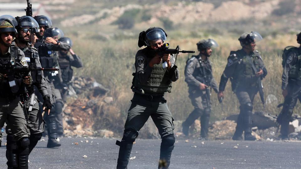 An Israeli borderguard takes aim during clashes with Palestinian demonstrators following a protest in support of Palestinian prisoners on hunger strike in Israeli jails, near the Jewish settlement of Beit El, north of the West Bank city of Ramallah on May 11, 2017.