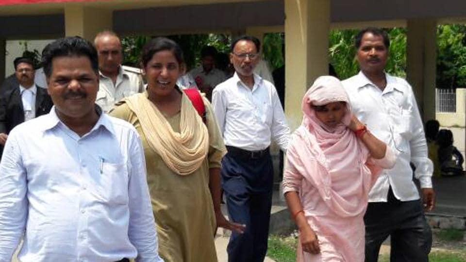 Rinki Kumari, who was earlier declared dead, being taken to the court in Muzaffarpur district of Bihar.