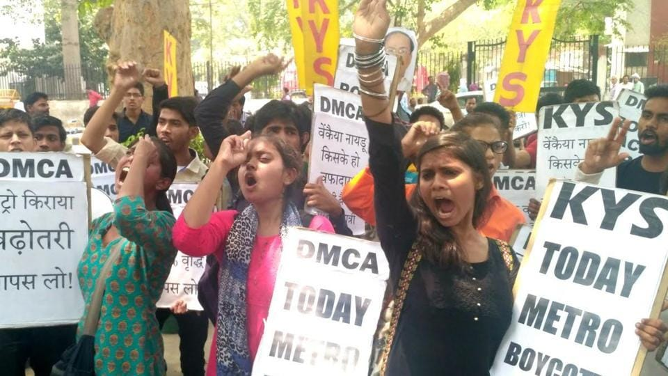 The Delhi Metro Commuters' Association submitted a memorandum to DMRC. They said if Metro doesn't accept the demand for an immediate reduction of fare, other measures will be taken in the coming days.