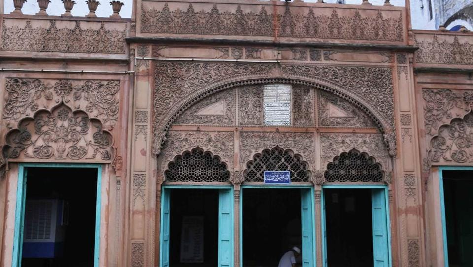 Masjid Rukn-ud-Daula sits atop shops selling metal rods, calling you into its floral arms. Read a book, stay awhile, and don't forget to chat with the caretaker.