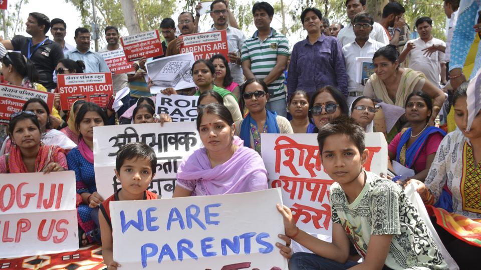 The protesters also called for non-deposition of hiked fee till the government brings out an ordinance over the issue of 'arbitrary' fee hike by private schools in the district.