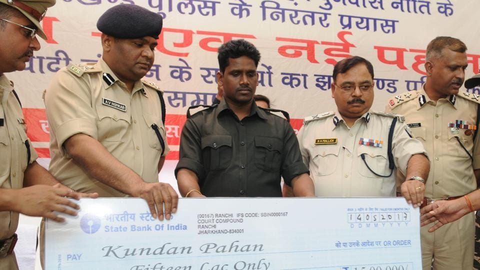 Hard core Maoist Kundan Pahan receives Rs 15 lac cheque from senior police officials on his surrender