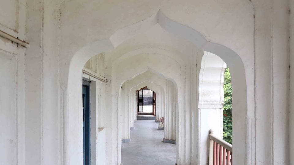 The Mughal-era Anglo-Arabic School consists of a cluster of early 18th century buildings. That includes a Sufi shrine, a tomb and a mosque.