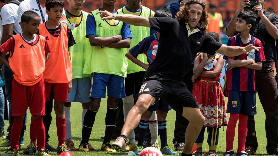 Spanish footballer Carles Puyol with schoolstudents at Andheri Sports Complex in Mumbai. (Satish Bate/HT Photo)