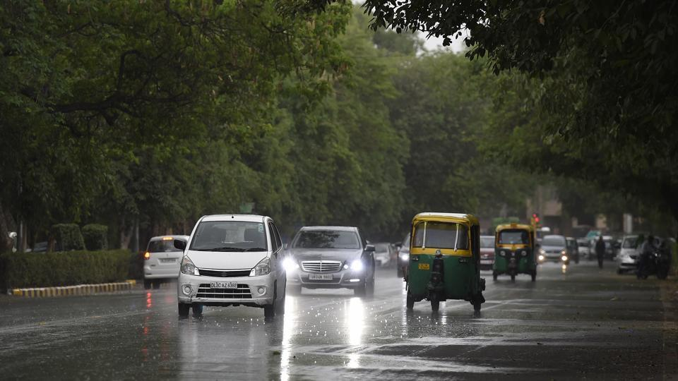 After battling intense heat in the past week, Delhiites finally got relief on Tuesday night. Weather turned extremely pleasant during late evening, finally making way for rains by late night. (Arvind Yadav/HT PHOTO)