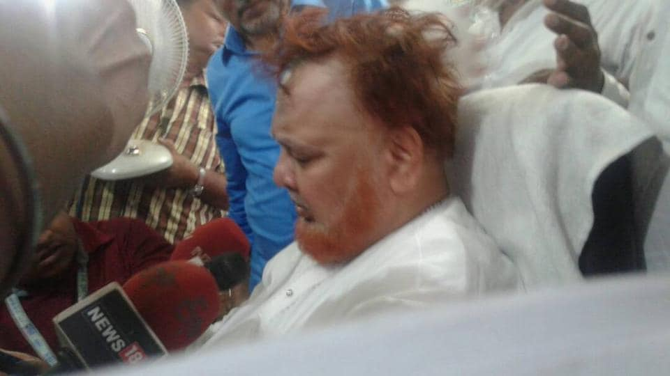 Imam Barkati minutes after he was hit on the head on Thursday afternoon by a youth who managed to escape. He was hit inside the Tipu Sultan mosque that he headed since 1989.