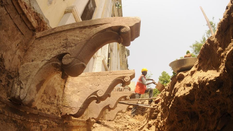 Other than the brackets (in pic), the excavators also found several pillars going deep inside the earth indicating to the presence of another storey inside.