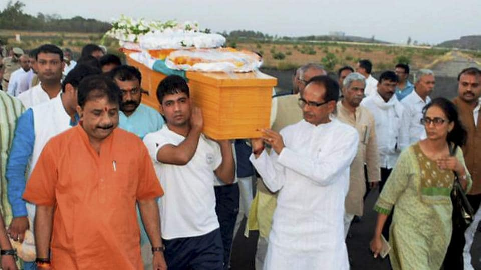 Madhya Pradesh chief minister Shivraj Singh Chouhan along with BJP leaders carrying the casket of Union minister Anil Madhav Dave at the airport in Bhopal on May 18.