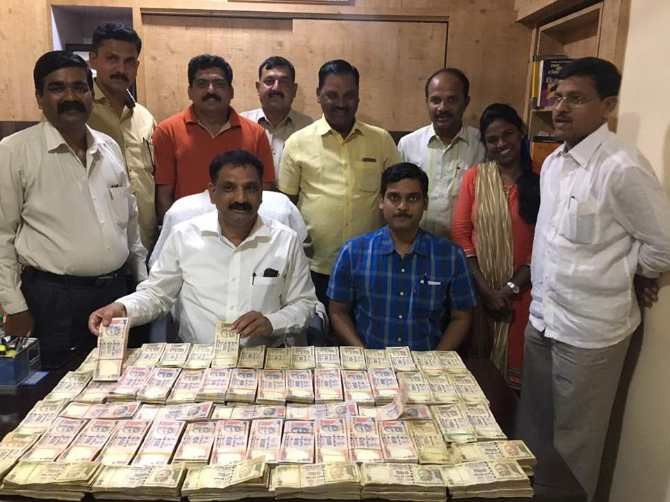 Police display the money  seized  from the accused.