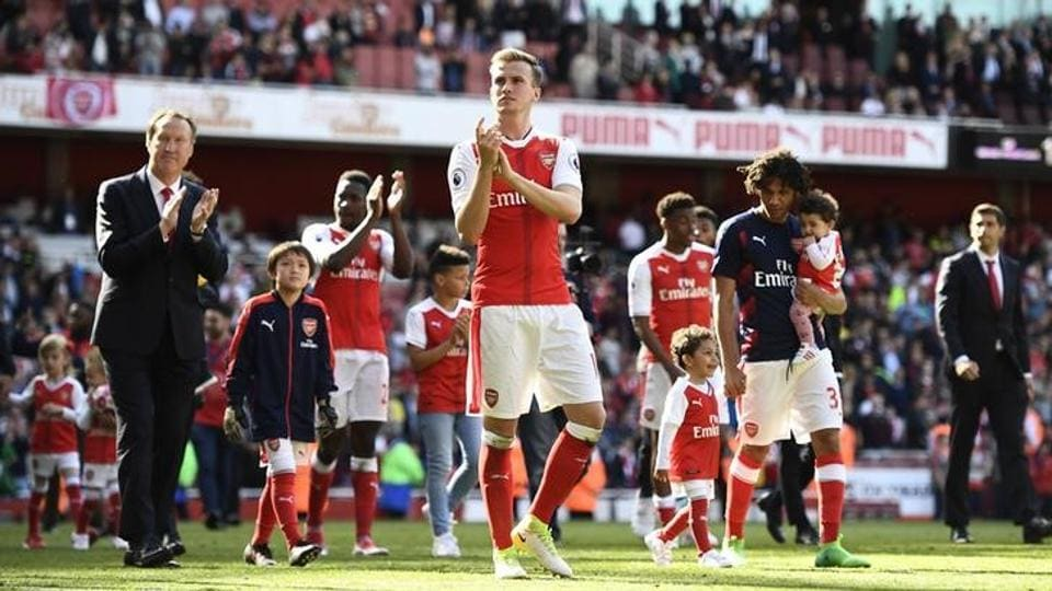 Arsenal players applaud the fans after their 3-1 win over Everton in Premier League.