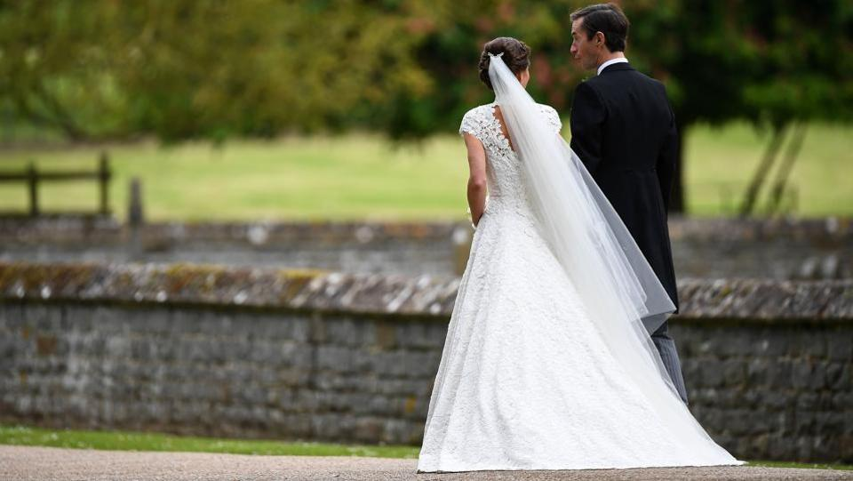 Pippa Middleton (L) and her  husband James Matthews leave St Mark's Church in Englefield, west of London,  following their wedding ceremony. (Justin TALLIS / AFP)