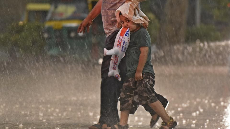 Delhi and its surrounding areas witnessed heavy rains, which brought some respite from the heat wave that has been sweeping north India. (Ravi Choudhary/HT PHOTO)