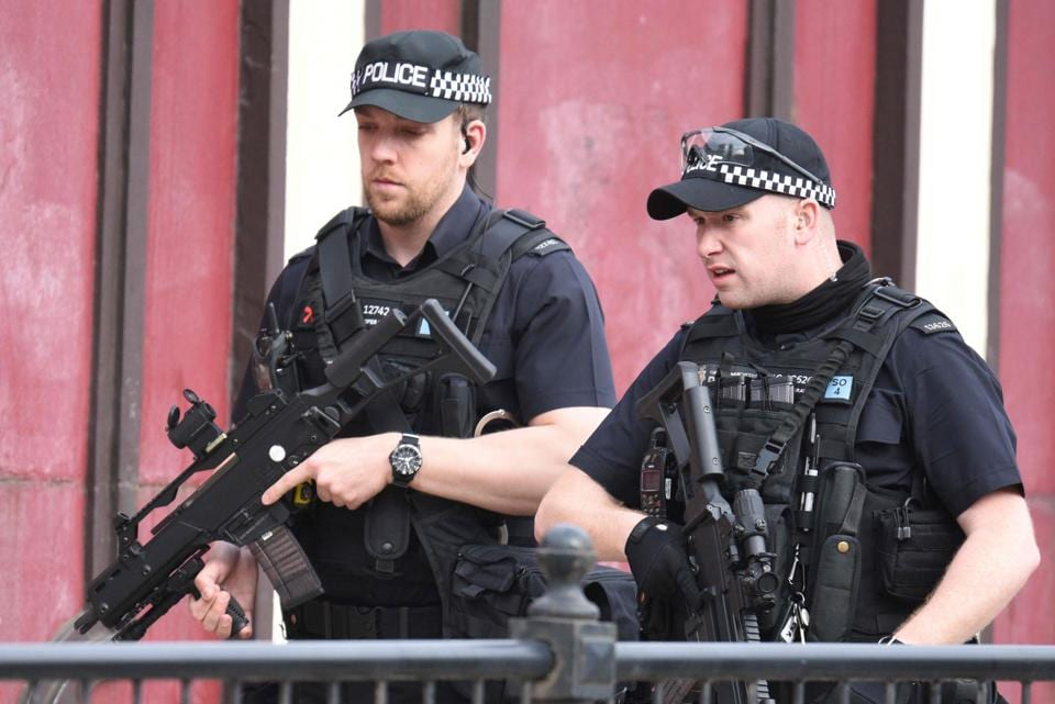 Armed police patrol near Manchester Arena following a deadly terror attack in Manchester, northwest England on May 23, 2017.  (Oli SCARFF / AFP Photo)