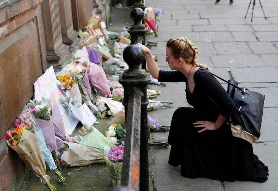 A woman lays flowers for the victims of the Manchester Arena attack, in central Manchester, Britain May 23, 2017.  (Darren Staples/REUTERS)