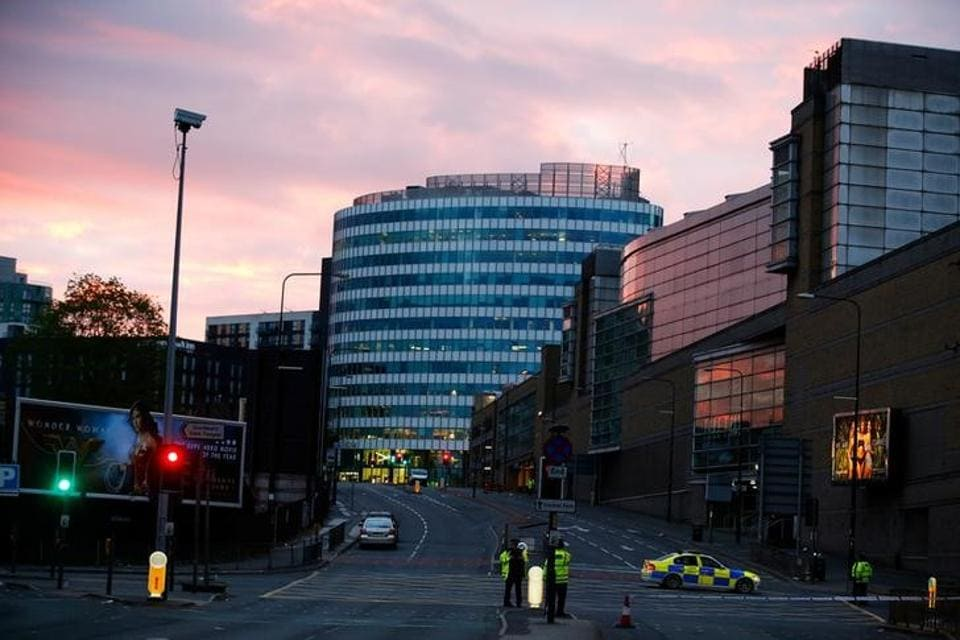 The sun rises as police stand guard outside the Manchester Arena in Manchester, Britain May 23, 2017. (Andrew yates/REUTERS)