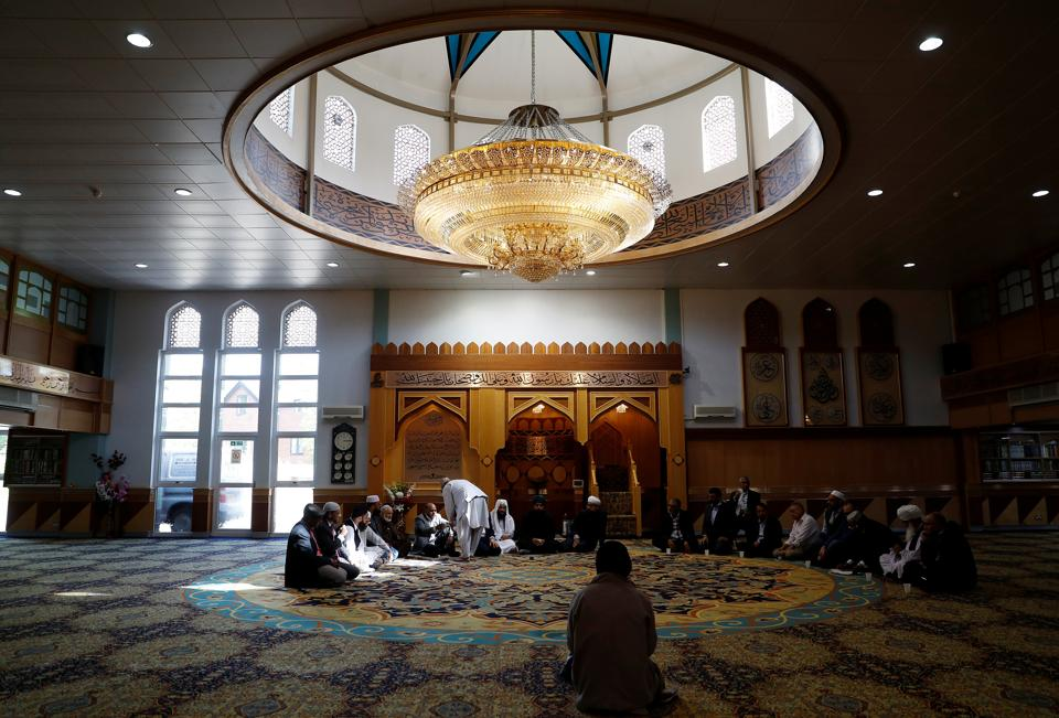 Muslim men pray for victims of the attack at Manchester Arena at a mosque in Manchester, Britain May 23, 2017. (Peter Nicholls/REUTERS)
