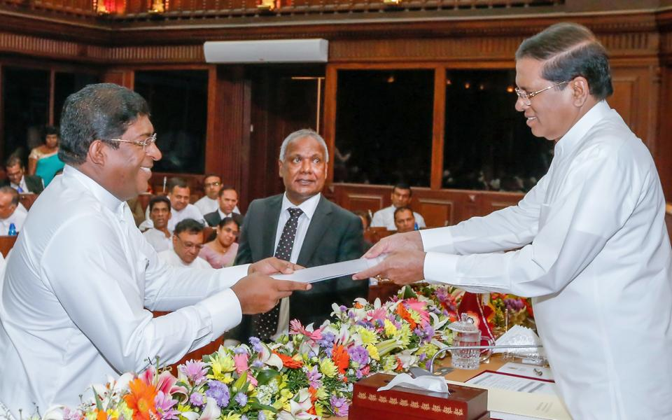 Sri Lankan President Maithripala Sirisena (R) appoints Ravi Karunanayake the new foreign minister.