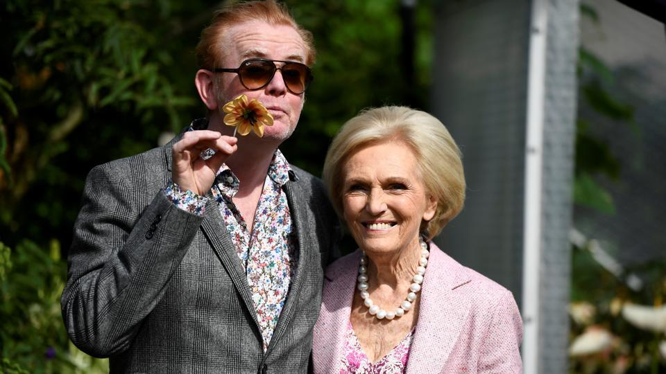 Television presenters Chris Evans and Mary Berry pose for pictures. (Dylan Martinez / REUTERS)