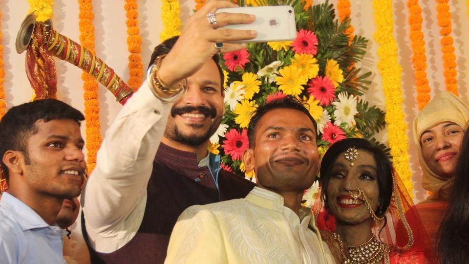 Actor Vivek Oberoi, who has promised to pay for Lalita's surgery, takes a selfie with the happy couple. (Bhushan Koyande/HT PHOTO)