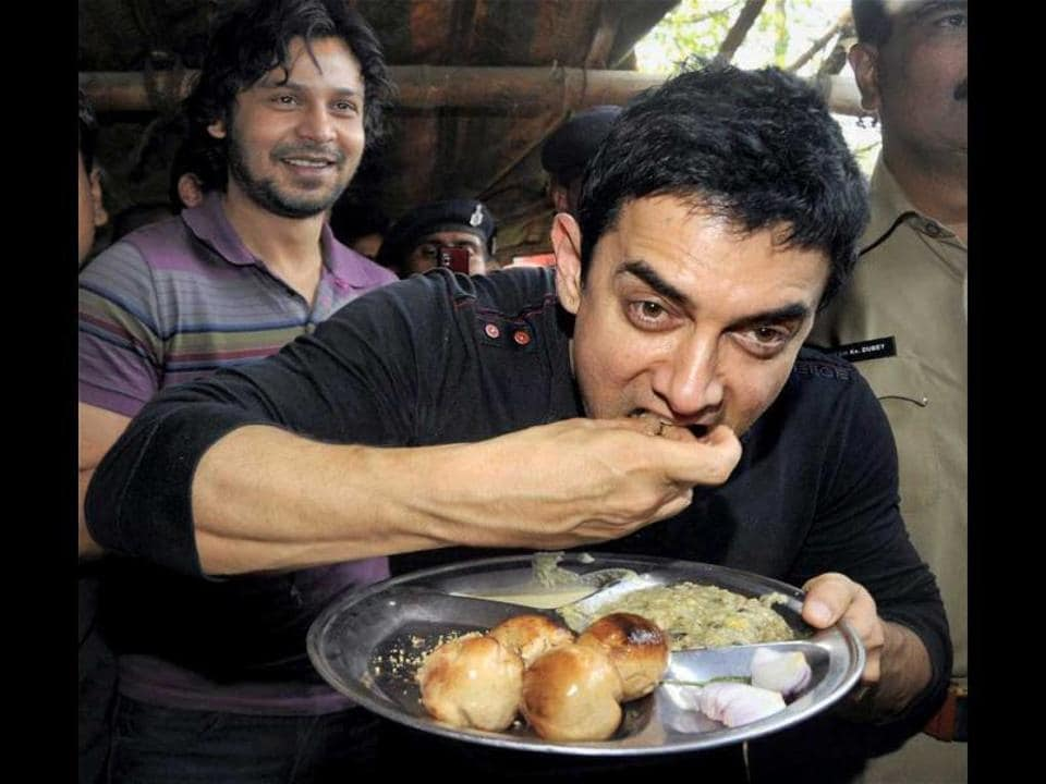Bollywood star Aamir relishing litti-choka during his Patna visit in 2012