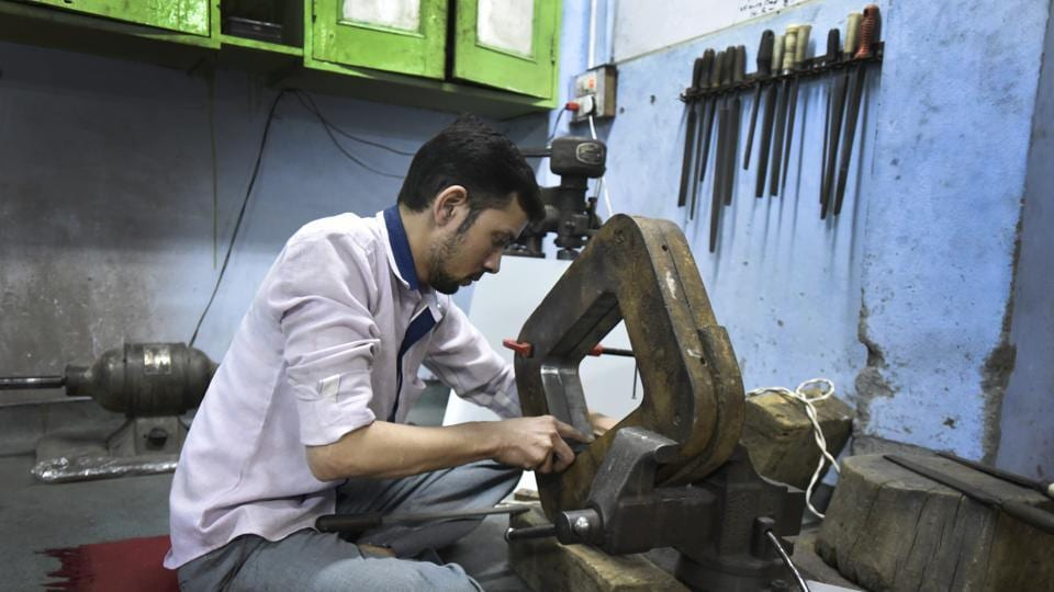 Despite widespread mechanisation of almost all areas of manufacturing, the master silversmiths of Old Delhi continue to practise the age-old craft. (Burhaan Kinu/HT PHOTO)