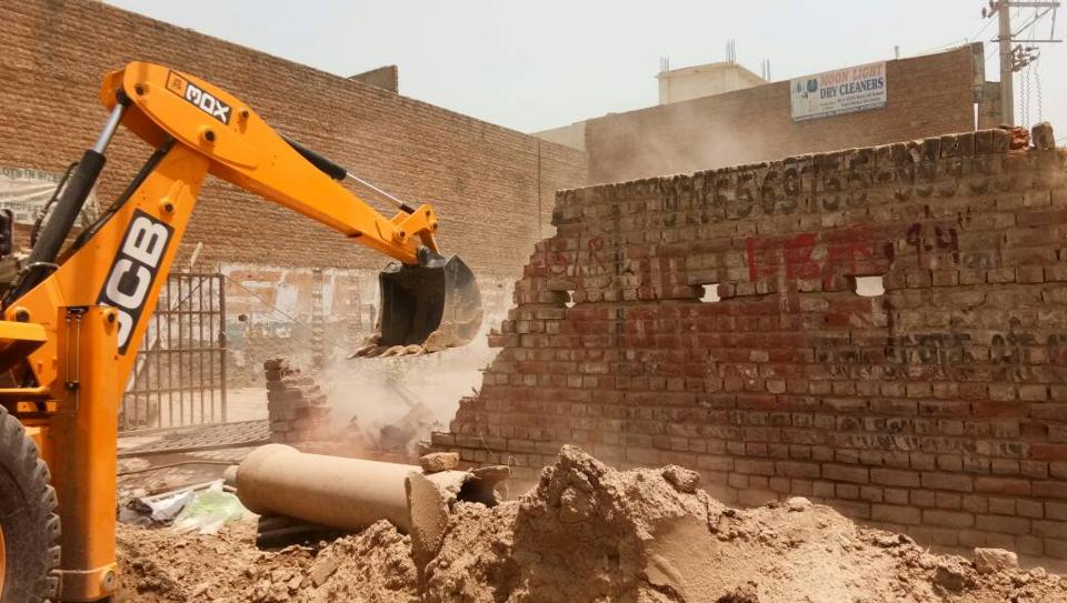 On the directions of MCG joint commissioner Anu Sheokand, the enforcement team from the MCG conducted the anti-encroachment drive in the presence of police.
