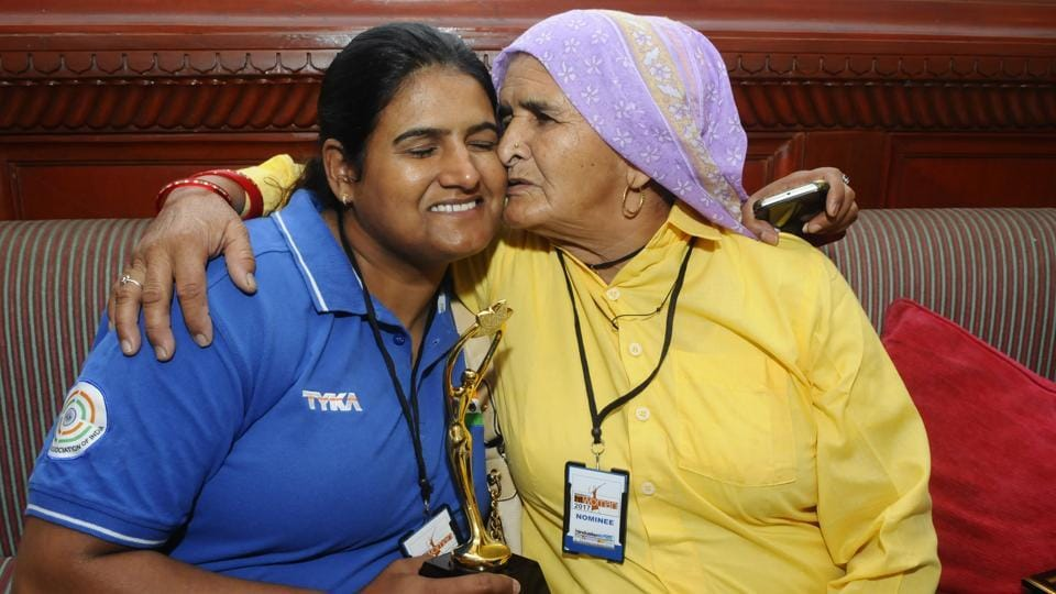 Shooter Seema Tomar with her mother at HT Woman Award function.