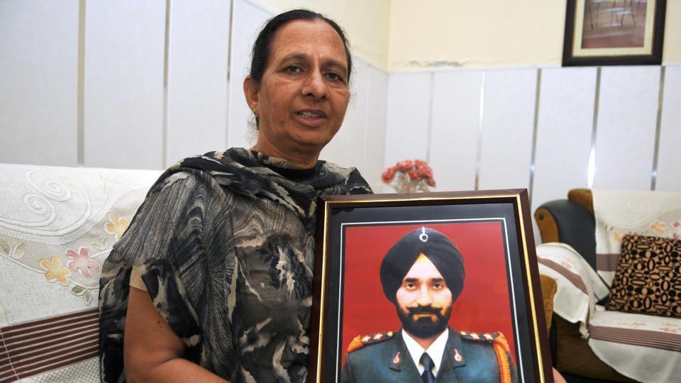 Joginder Kaur with the portrait of her husband late Lt Joga Singh at Jalandhar Cantonment on Wednesday.. Pardeep Pandit/HT Photo