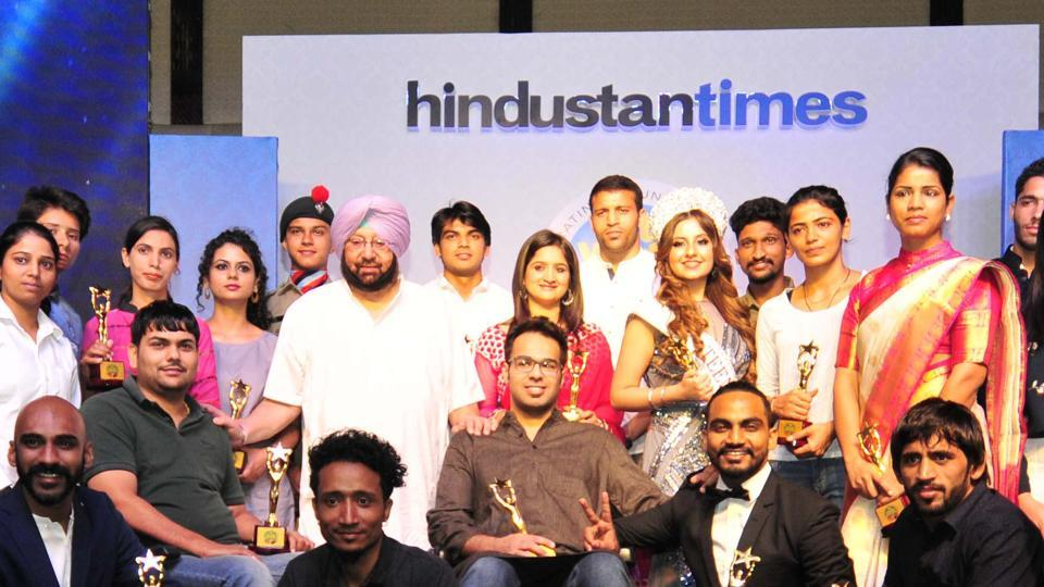 Punjab chief minister Capt Amarinder Singh with the young achievers from the region, who were honoured at the sixth edition of the Hindustan Times Youth Forum, Top 30 Under 30, in Chandigarh on Friday.