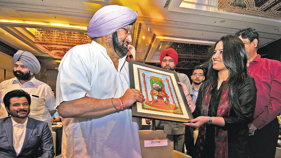 Punjab chief minister Captain Amarinder Singh accepting a portrait made by HTillustrator  Daljeet Kaur Sandhu at HTYouth Forum 2017, in Chandigarh on Friday. (HT Photo)