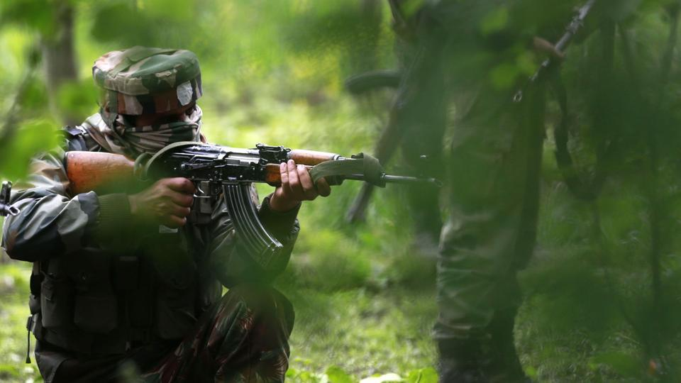Indian army soldiers patrol during an operation against suspected rebels in Turkwangam Lassipora in Shopian south of Srinagar on May 4, 2017.