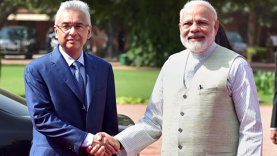 Prime minister Narendra Modi shakes hands with his Mauritian counterpart Pravind Kumar Jugnauth during the ceremonial reception at the forecourt of Rashtrapati Bhawan in New Delhi on Saturday.