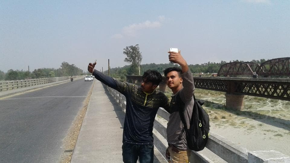 Avinash Kumar rode to the bridge on his friend's motorcycle this Sunday to surf to his heart's content Facebook and click some selfies.