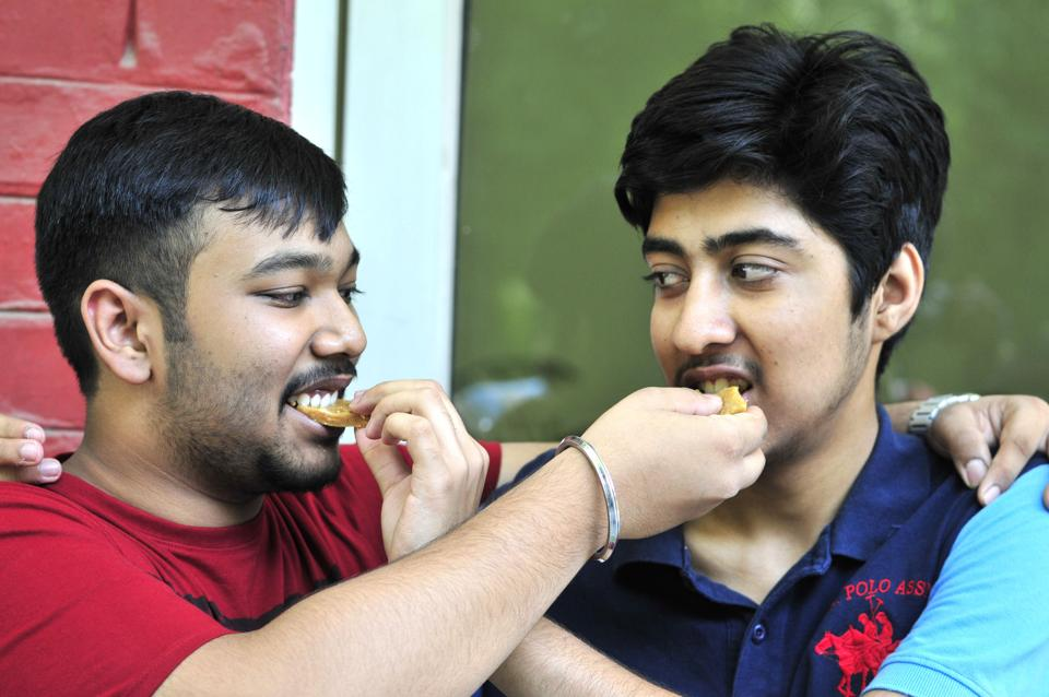 Bhawan Saurabh (L) and Sanat Goyal, scored 99 % marks in commerce stream. (Ravi Kumar/HT)