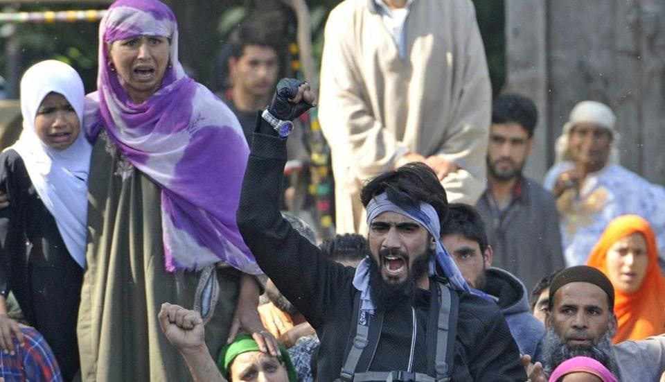 A Kashmiri militant shouts slogan at the burial of Hizbul Mujahideen's Sabzar Ahmed Bhat at Rathsuna village in Tral, about 45 Kilometres south of Srinagar on Sunday. (Waseem Andrabi /HT PHOTO)
