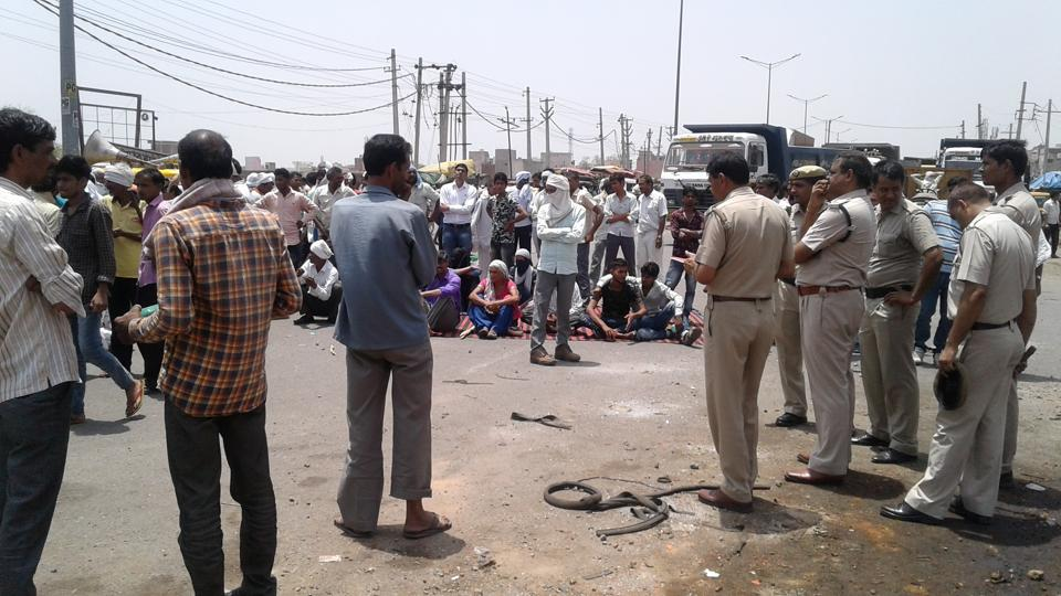 BEST QUALITY- Residents of a village at Sohna in Gurgaon on Sunday blocked Sohna road for more than an hour demanding action by the police in kidnapping of a minor girl. Even women took up lathis and clashed with the police. (HT Photo**Pics received on May 28, 2017**(Please check with rashpal.singh for details)