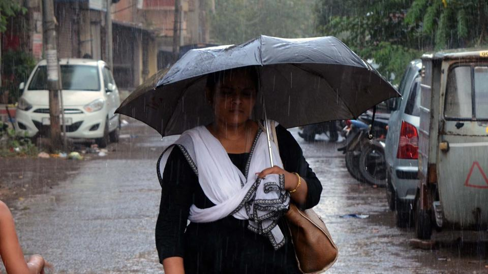 A light drizzle fell on the outskirts of Mumbai, in areas such as Ulhasnagar, Thane and Navi Mumbai.