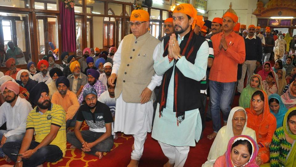 MP Anurag Thakur along with local MLA Suresh Bharadwaj  pay obeisance on the occasion of martyrdom anniversary of Sikh Guru Arjun Dev Ji at gurudwara near the bus stand in Shimla on Monday. (Deepak Sansta/HT Photo)