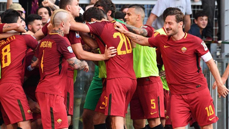 AS Roma's forward and captain Francesco Totti (R) celebrates with teammates after a goal by  midfielder Daniele De Rossi. (AFP)