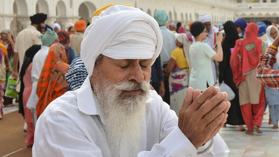 A Sikh devotee paying obeisance at Golden Temple on the occasion of martyrdom anniversary of Sikh Guru Arjan Dev  in Golden Temple in  Amritsar. (Gurpreet Singh/HT Photo)