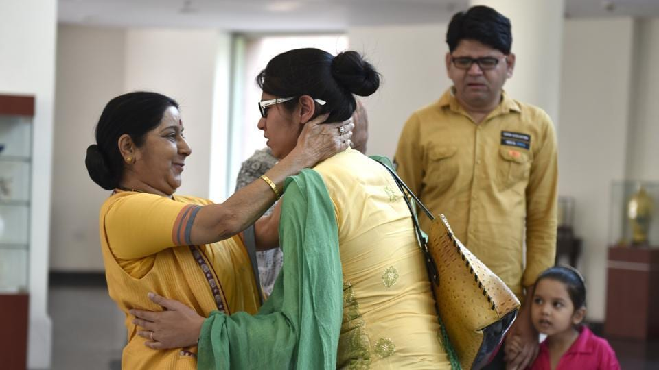 Uzma Ahmed greets external affairs minister Sushma Swaraj at Jawahar Bhawan in New Delhi upon her return from Pakistan on May 25.